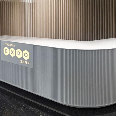 Registratūra iš akrilinio akmens su frezuotu šonu ir toje pačioje medžiagoje įmontuotu peršviečiamu logotipu / gamintojas: Gforma