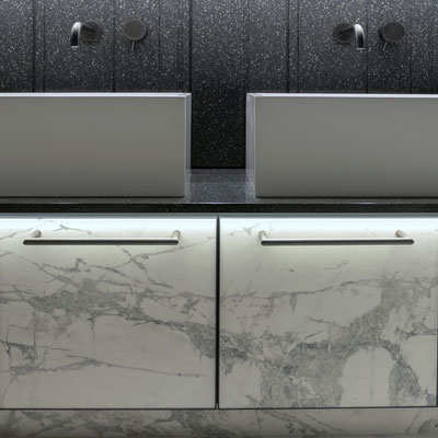 Keturkampiai vonios praustuvai iš balto akrilinio akmens pastatyti ant juodo akrilinio akmens stalviršio su sienele