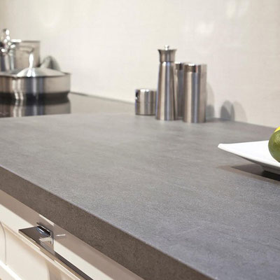Pilko bazalto stalviršis virtuvėje