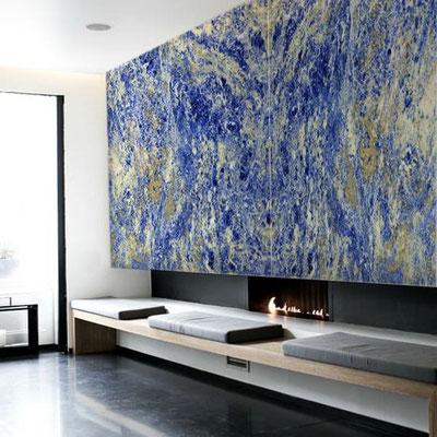 Mėlyno marmuro siena virš židinio