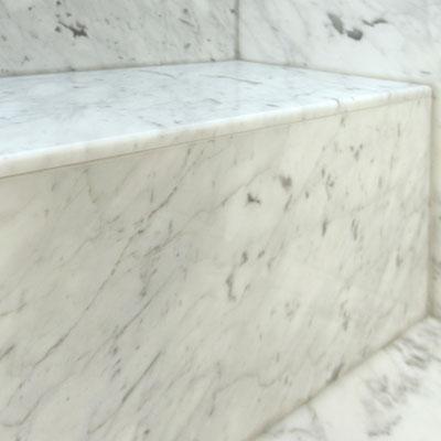 Marmurinis dušo suolelis ir natūralaus marmuro sienos