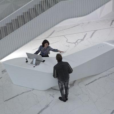 Neįprastos formos registratūra iš balto akrilinio akmens corian verslo centre / gamintojas - Gforma