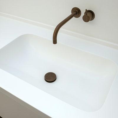 Į stalviršį įmontuotas aptakių formų praustuvas iš balto akrilinio akmens / gamintojas - Gforma