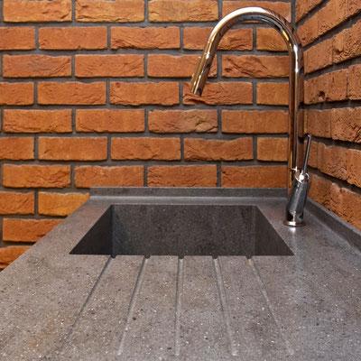 Akrilinio akmens stalviršis su plautuve ir išfrezuotais vandens nubėgimo grioveliais / gamintojas: Gforma