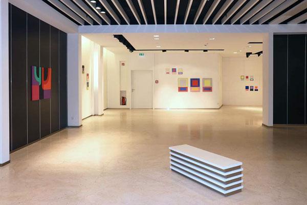 Ausstellungsansicht + konkret + colour field + hard edge +, rechts eine Arbeit von Nathalie Lebeau