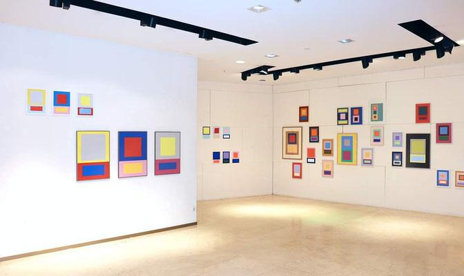 """Ausstellungsansicht Ellen Roß, Werke aus der Serie """"Im Quadrat"""""""