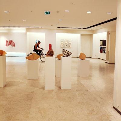 Die Ausstellung * konkret + colour field + hard edge +, im Vordergrund Keramikskulpturen