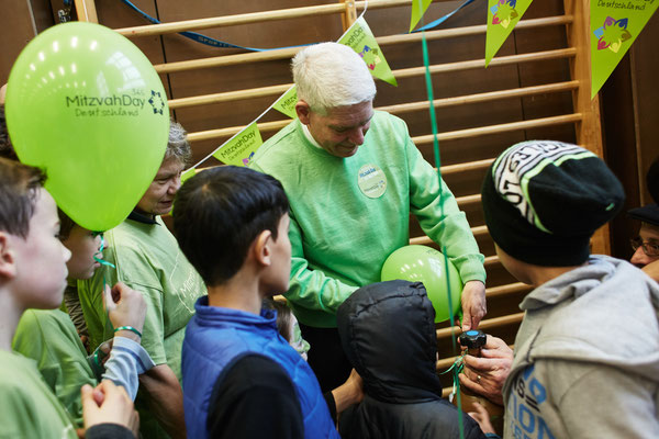 Zentralratspräsident Dr. Josef Schuster am Mitzvah Day 2015 in einer Berliner Flüchtlingsunterkunft
