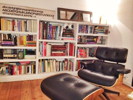 Espejo apoyado en una librería