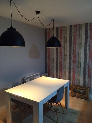 Lámparas sobre mesa de cocina.