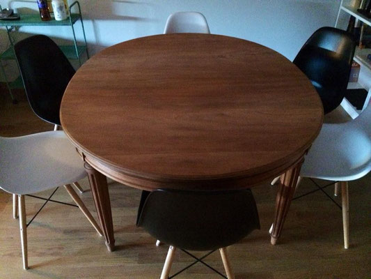Mesa recuperada y sillas de colores