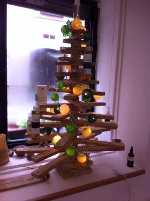 Arbol de navidad adornado con guirnalda de bolas verdes