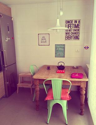 Mesa en cocina con unas sillas verdes