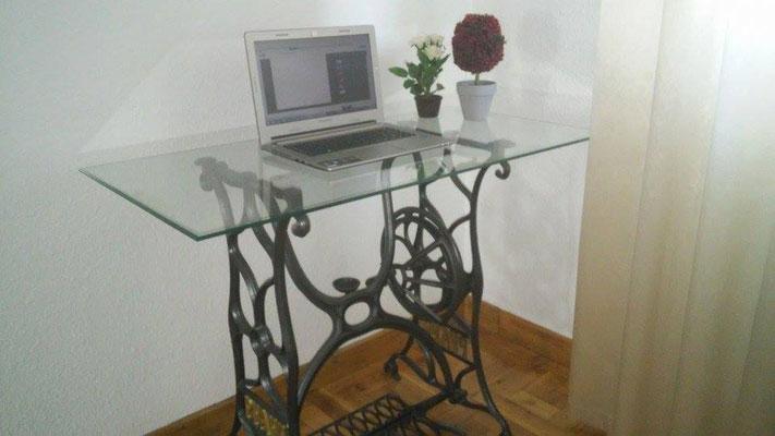 Antigua mesa de coser perfecta para trabajar con el ordenador
