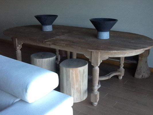 Mesa y jarrones de mármol en el salon de unos clientes