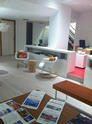 Mecedoras, cojines y tronco en la nueva sede de Viajes Navarra en la Calle Olite de Pamplona