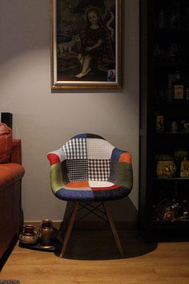 Silla tapizada dando color al salón de unos clientes