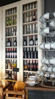 Secador de botellas usado como organizador de tazas en un hotel de Salamanca