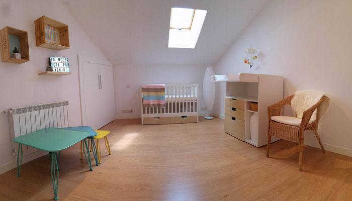 Lámpara con mensaje en éste precioso cuarto de bebé