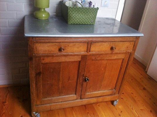 Mueble de madera con chapa de zinc en cuarto de baño
