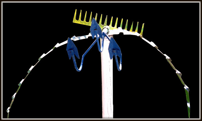 """""""Dornenvogel (Phönix)"""" / Mit weißer Farbe gestrichener Holzpfahl mit angebrachter Harke, angebrachtem Hacker und geschnittenem Blech / Entstehungsjahr 2012 / Weitere Farben: blau, gelb, grün. / Pfahldurchmesser 6,0 cm, Höhe 180 cm / Werkverzeichnis 4.077"""