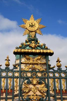 Prächtig verziertes Gitter um den Ehrenhof Schloss Charlottenburg in Berlin. Foto: Helga Karl