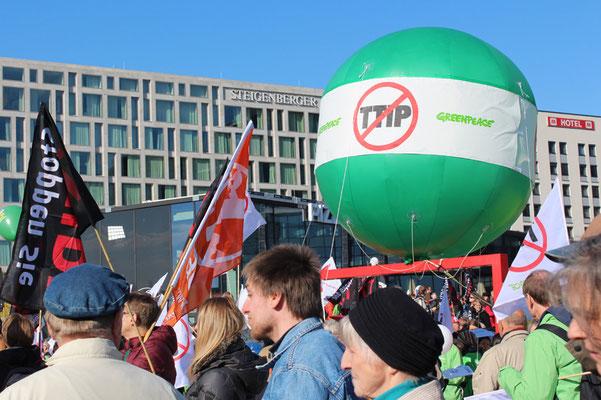 Großer grüner Ballon von Greenpeace, Stopp TTIP. Bei der Großdemo in Berlin gegen TTIP. Foto: Helga Karl