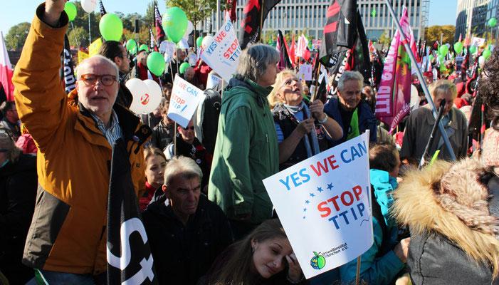 "Demonstranten mit Plakat ""Yes we can STOP TTIP"". Foto: Helga Karl"