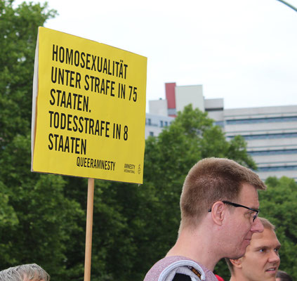Plakat beim  CSD Berlin 2015: Homosexualität unter Strafe in 75 Ländern. Foto: Helga Kael