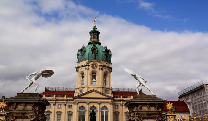 Eingang zum Ehrenhof Schloss Charlottenburg mit zwei borghesischen Fechtern. Foto: Helga Karl