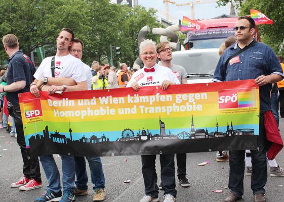 Mit Transparent und Wagen beim CSD Berlin 2015: SPD und SPÖ gemeinsam, Berlin und Wien. Foto: Helga Karl