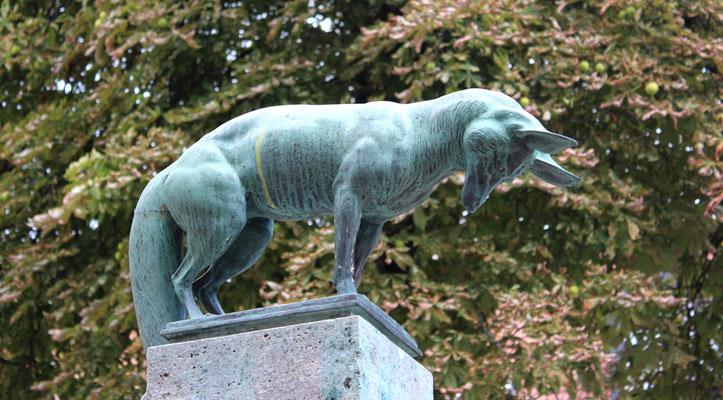"""Plastik """"Fuchs"""" des Bildhauers Max Esser auf dem Fuchsbrunnen in den Ceciliengärten. Foto: Helga Karl"""