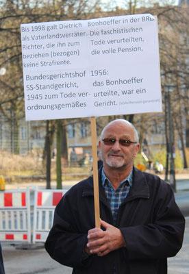 Protestschild beim Gedenken an den von Nazi-Juristen ermordeten Ev. Pfarrer Dietrich Bonhoeffer. Foto: Helga Karl am 9. Spril 2015