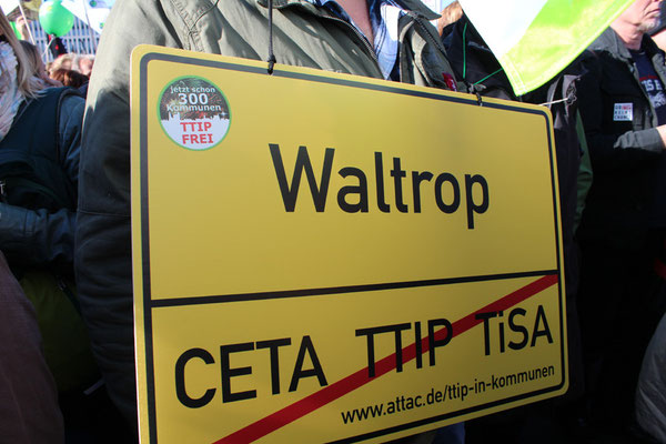 Schild Ort WALTROP, gegen CETA TTIP TiSA bei der Großdemo gegen TTIP in Berlin am 10.10.2015. Foto: Helga Karl