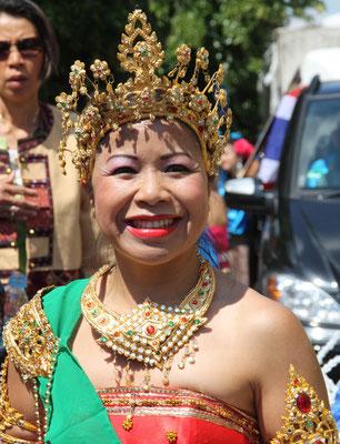 Frau mit prächtigem asiatischem Kopfschmuck. Karneval Berlin. Foto: Helga Karl
