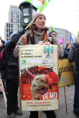 """Ein Demonstrant vom Bund Naturschutz in Bayern, Landreis Neuburg-Schrobenhausen bei der Demo Januar 2017 in Berlin """"Wir haben es satt"""". Foto: Helga Karl"""