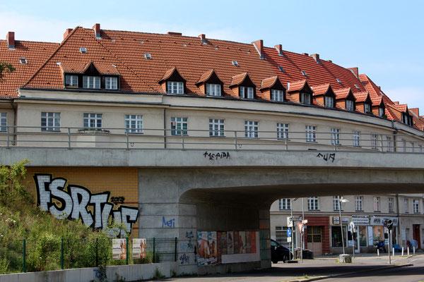 S-Bahn-Brücke in der Rubensstrasse vor den Ceciliengärten Berlin. Foto: Helga Karl