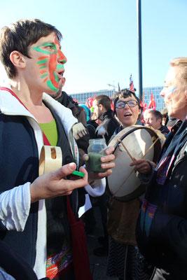 Demonstrantin gegen TTIP mit bunt bemaltem Gesicht: Foto: Helga Karl