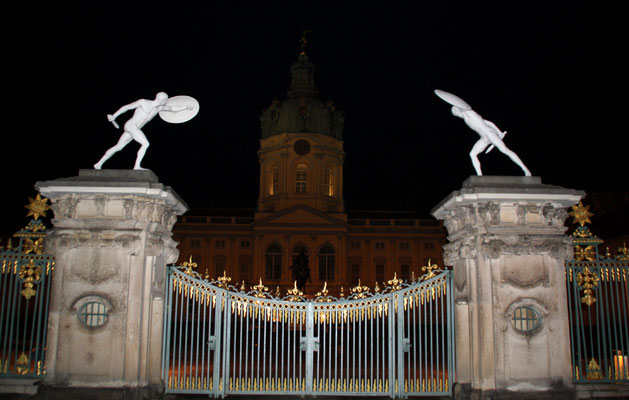 Tor zum Ehrenhof Schloss Charlottenburg Nachts mit Nachbildungen von römischen Borghesischen Fechtern links und rechts. Foto: Helga Karl
