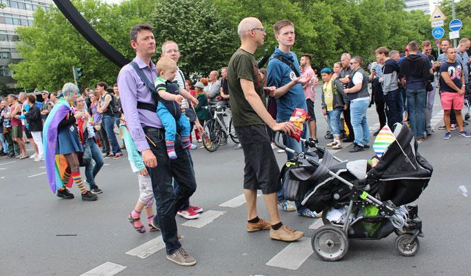 Männer mit Kinderwagen und Kleinkind beim CSD Christopher Street Day Berlin. Foto: Helga Karl