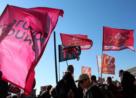 Fahnen im Wind, IGM-Jugend Möchengladbach und attac. Großdemo Stop TTIP Berlin am 10.10.2015.  Foto: Helga Karl