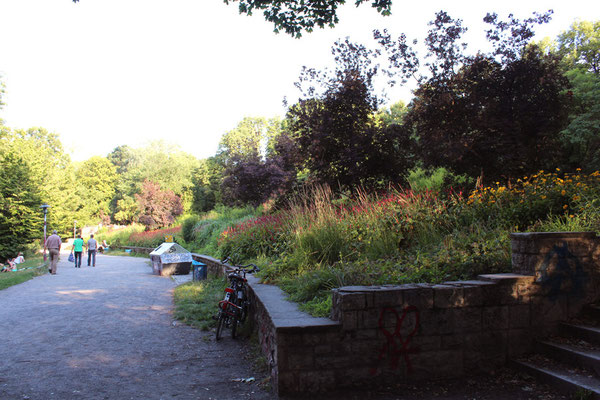 Park am Weißen See mit Sitzbänken. Bezirk Pankow in Berlin. Foto: Helga Karl