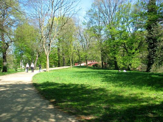Fussgänger auf dem Weg zur Roten Brücke, Frühling im Schlosspark Charlottenburg. Foto: Helga Karl