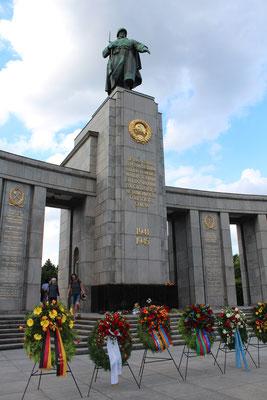 Kränze von Botschaften, Bundesregierung Deutschland  am Sowjetischen Ehrenmal Berlin-Tiergarten. Foto: Helga Karl am 22.Juni 2016
