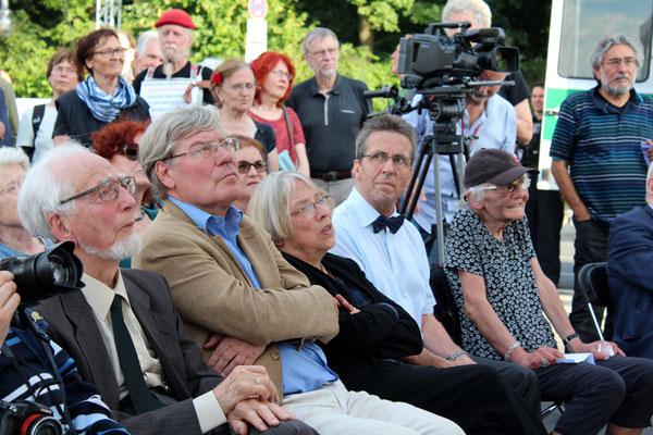 Sie hören der Musik Hanns-Eisler-Chor zu. Von links Erhard Eppler SPD, Hans-Peter Bartels SPD und Antje Vollmer B90/Grüne am 22.Juni 2016. Foto: Helga Karl