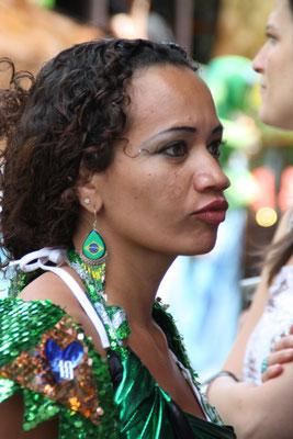 Eine Frau um grün-glitzernden Kleid beim Karneval Umzug Pfingsten in Berlin. Foto: Helga Karl