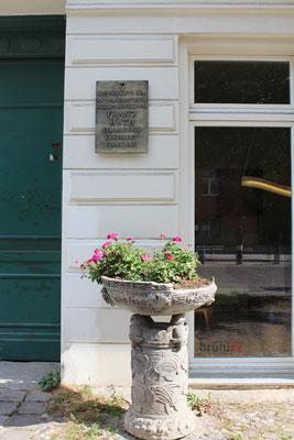 Gedenktafel an einem Haus am Kollwitzplatz an den 1933 ermordeten Widerstandskämpfer Franz Huth. Foto: Helga Karl