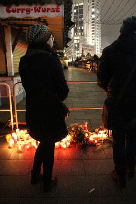 Tatort #Breitscheidplatz. Menschen vor dem abgesperrten Platz. Foto: Helga Karl am 20.12.2016