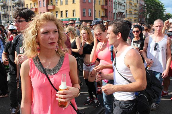 """Junge blonde Frau mit Getränkeflasche im """"Zug der Liebe Berlin"""". Foto: Helga Karl 2015"""