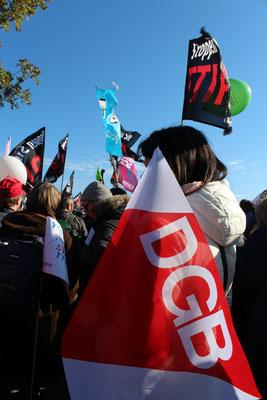 DGB-Fahne bei der Großdemo gegen TTIP in Berlin. Foto: Helga Karl